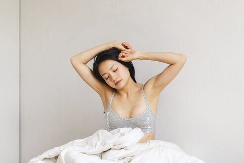 Young woman in bed waking up - AFVF01692