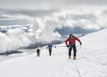Russia, Upper Baksan Valley, Caucasus, Mountaineers ascending Mount Elbrus - ALRF01286