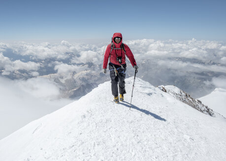 Russia, Upper Baksan Valley, Caucasus, Mountaineer ascending Mount Elbrus - ALRF01301