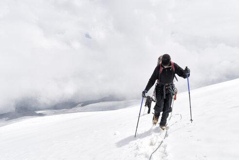 Russia, Upper Baksan Valley, Caucasus, Mountaineers ascending Mount Elbrus - ALRF01334