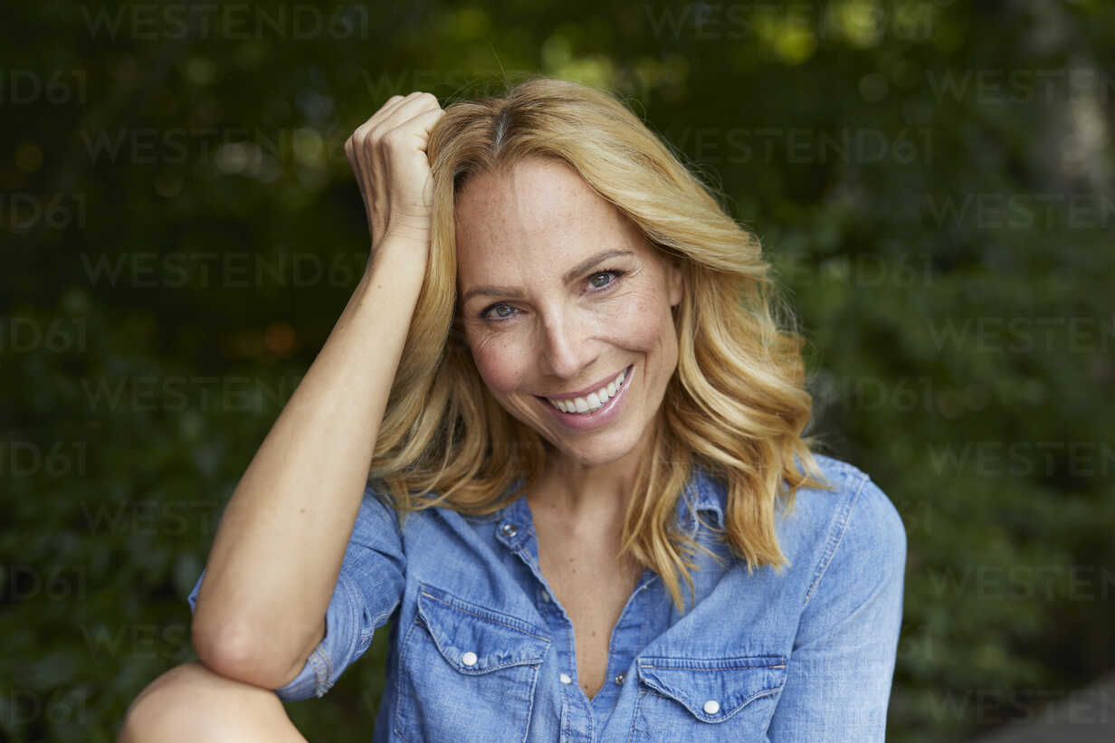 Portrait of smiling blond woman outdoors - PNEF01038 - Philipp Nemenz/Westend61