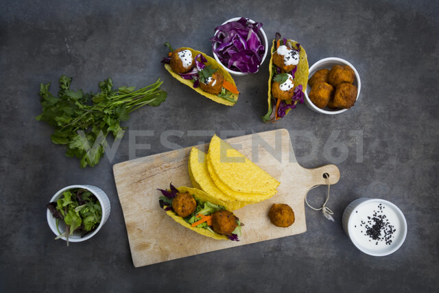 Sweet potato falafel in taco shells, with red cabbage, salad, carrot, yogurt sauce and black sesame - LVF07477 - Larissa Veronesi/Westend61