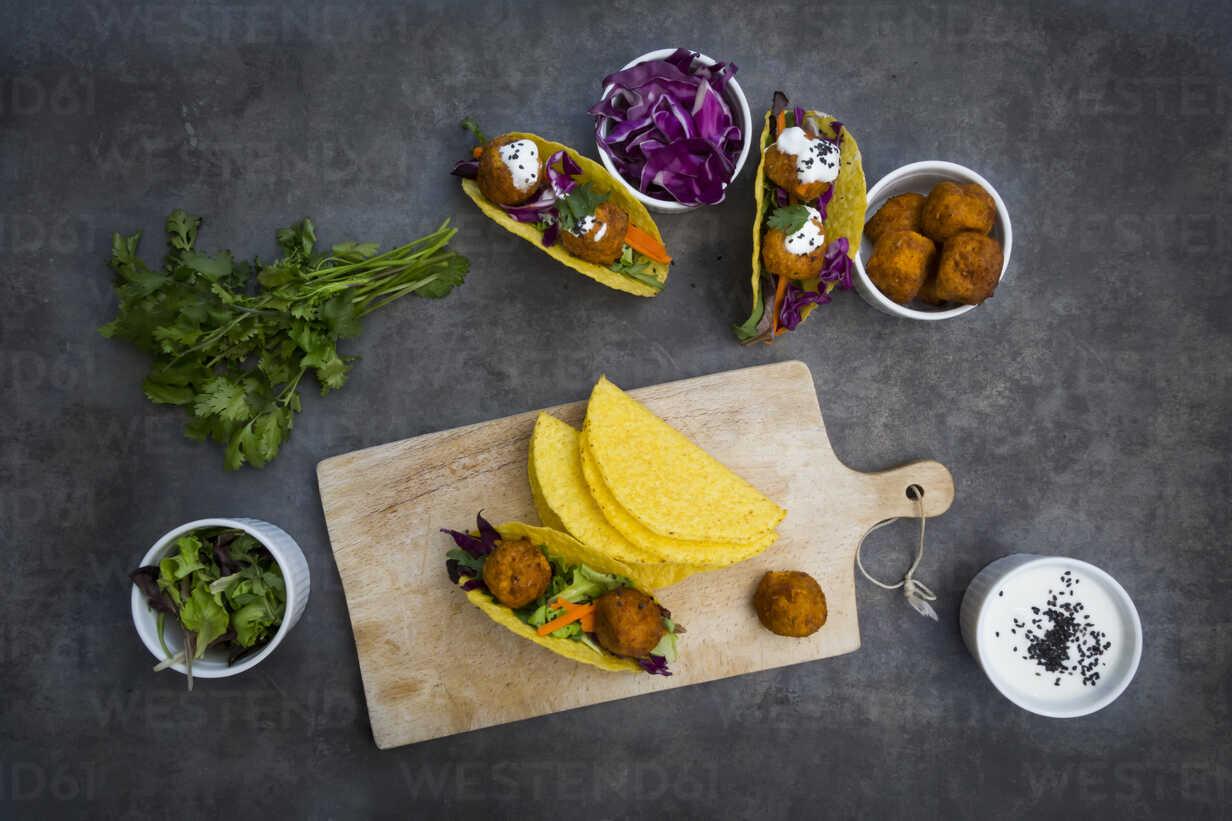 Sweet potato falafel in taco shells, with red cabbage, salad, carrot, yogurt sauce and black sesame - LVF07477 - Larissa Veronesi/Westend61