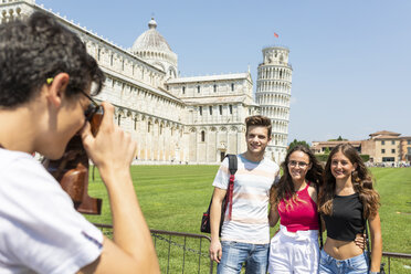 Italy, Pisa, group of friends posing with the Leaning Tower on background - WPEF00918