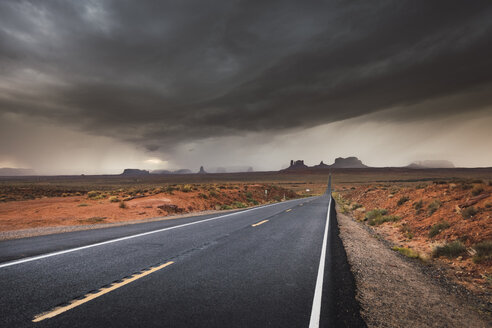USA, Utah, Empty road to Monument Valley - KKAF02546