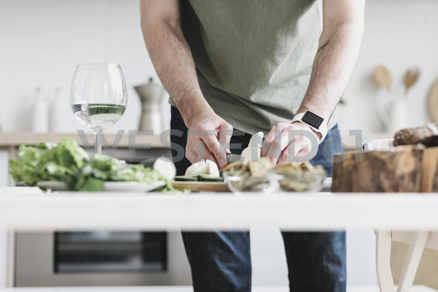 Man preparing salad at home, partial view - KMKF00597 - Katharina Mikhrin/Westend61