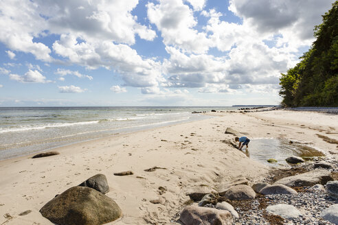 Boy playing at the beach - OJF00278