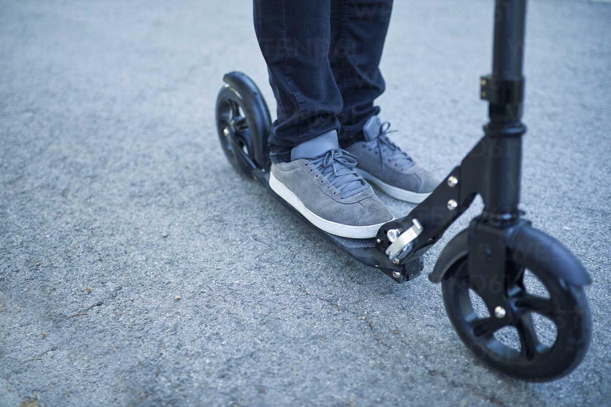 Man's feet on scooter - ZEDF01690 - Zeljko Dangubic/Westend61