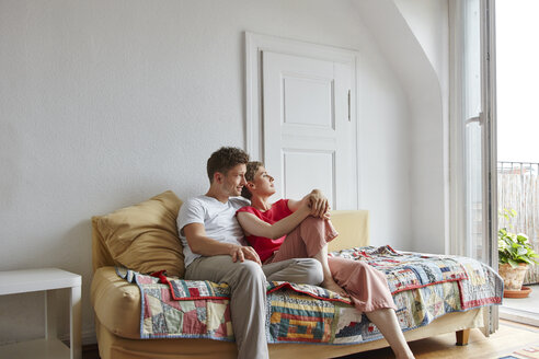 Relaxed couple sitting on couch at home - RHF02262