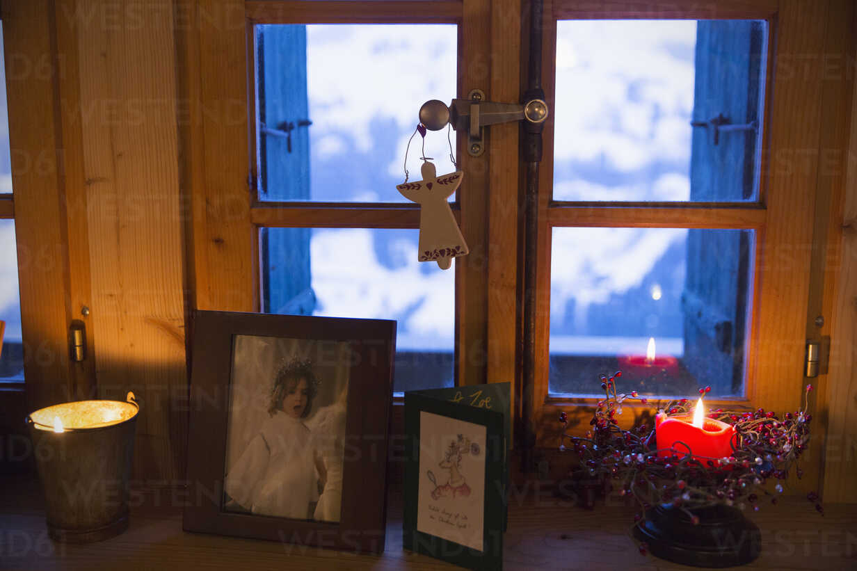 Christmas decorations and candle on  windowsill - HOXF03969 - Sam Edwards/Westend61