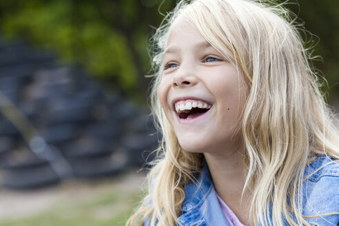 Portrait of laughing blond girl outdoors - JFEF00904