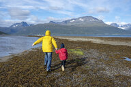 Norway, mother and daughter running at the beach, Lyngen fjord - PSIF00137