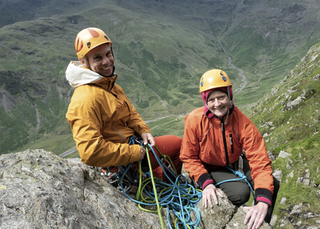 England, Langdale Valley, Gimmer Crag, climbers, couple - ALRF01363