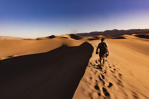 USA, Californien, Death Valley, Death Valley National Park, Mesquite Flat Sand Dunes, man walking on dune - FCF01520