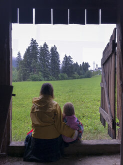 Austria, Tiyol, Jochberg, mother and daughter in rain - PSIF00146