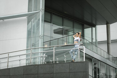 Fit young woman in the city hving a break - FMGF00081