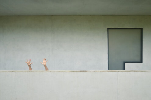 Young woman hand on wall. - INGF06429
