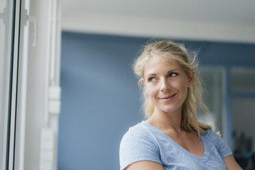 Portrait of smiling blond woman looking sideways - KNSF05286
