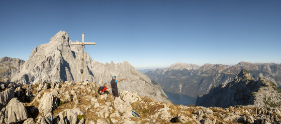 Germany, Bavaria, Upper Bavaria, Berchtesgadener Land, Berchtesgaden National Park, couple at summit cross - HAMF00533