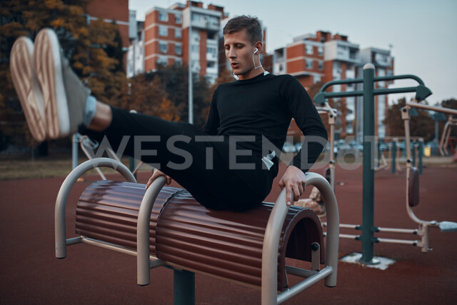 Sportive man working out in the evening - ZEDF01730