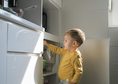 Little boy playing in the kitchen - MOMF00541
