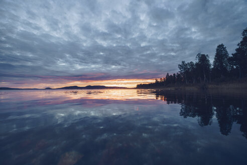 Finland, Sodankylae, Lake at sunset - RSGF00126
