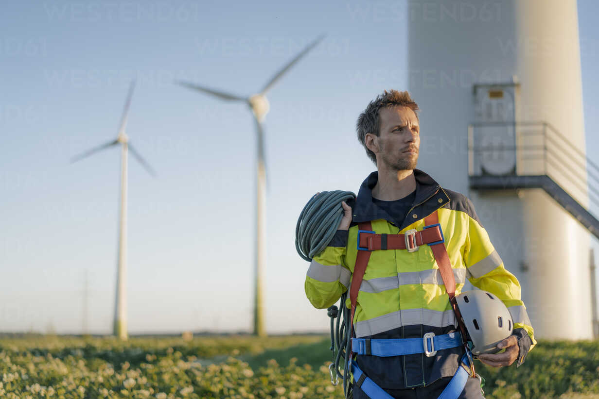 Technician standing at a wind farm with climbing equipment - GUSF01343 - Gustafsson/Westend61