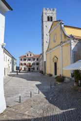 Croatia, Istria, Motovun, Old town, Main Square Trg Andrea Antico, St. Stephen's Church - WWF04472