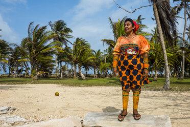 Panama, San Blas Islands, Achutupo, Traditional dressed Kuna Yala woman - RUNF00197