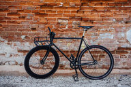 Customised commuter fixie bike at brick wall - VPIF01081