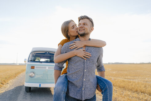 Happy couple at camper van in rural landscape - GUSF01392