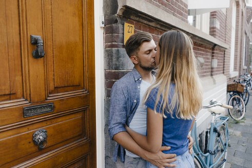Affectionate young couple kissing in the city - GUSF01500