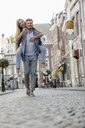 Netherlands, Maastricht, happy young couple in the city - GUSF01605