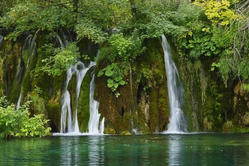 Waterfall in Plitvice Lakes National Park,  UNESCO World Heritage Site, Croatia - RUEF02028
