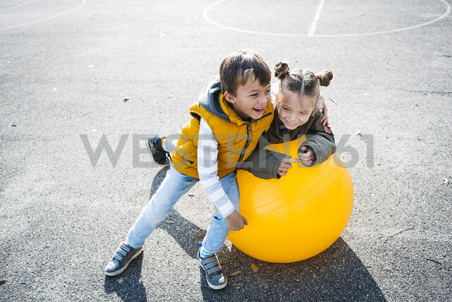 Two little children having fun with gym ball - HMEF00095 - Epiximages/Westend61