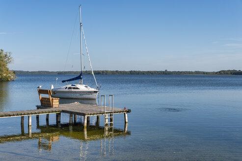 Germany, Mecklenburg-Western Pomerania, Zarrentin, Lauenburg Lakes Nature Park, Lake Schaalsee, sailing boat - FR00770