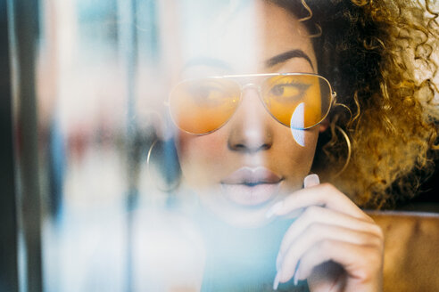 Portrait of fashionable young woman wearing yellow sunglasses - JCMF00008