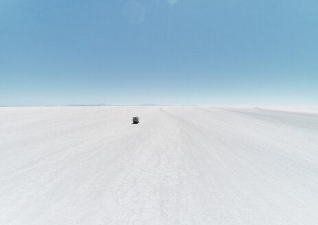 Bolivia, Salar de Uyuni, camper driving on salt lake - SSCF00014