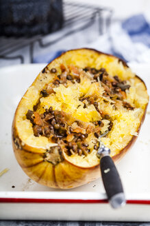 Baked spaghetti squash with vegan bolognese sauce made from lentils, leeks, and carrots - SBDF03842
