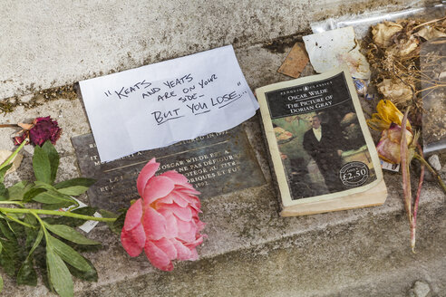 France, Paris, Pere Lachaise, tomb of Oscar Wilde, close-up - WD04900