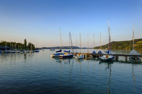 Austria, Land Salzburg, Flachgau, Mattsee, Lake and sailing boats in the evening - LBF02264