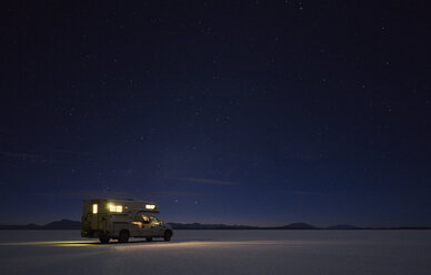 Bolivia, Salar de Uyuni, camper on salt lake under starry sky - SSCF00070