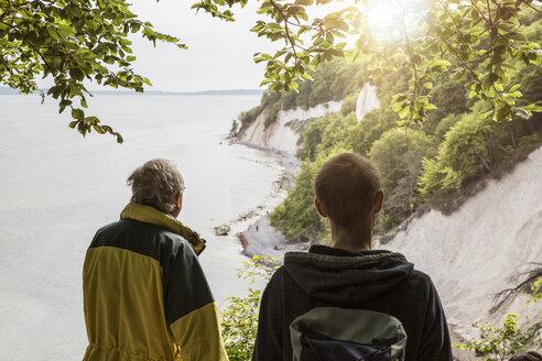 Germany, Mecklenburg-Western Pomerania, Ruegen, Jasmund National Park, chalk cliff, hikers on viewpoint - MAMF00228