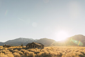 USA, California, Mammoth Lakes, decayed houses - KKAF03021