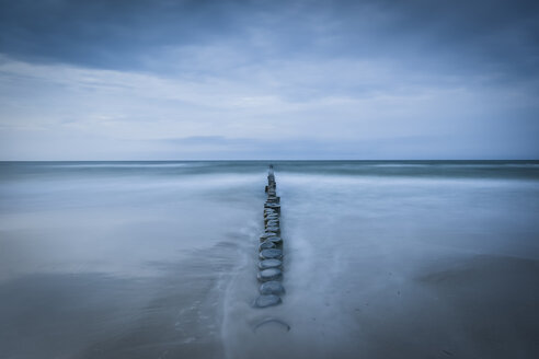 Germany, Mecklenburg-Western Pomerania, Zingst, beach in the evening, breakwater - FDF00256