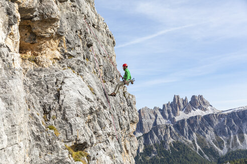 Italy, Cortina d'Ampezzo, man abseiling in the Dolomites mountains - WPEF01142
