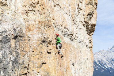 Italy, Cortina d'Ampezzo, man climbing in the Dolomites mountains - WPEF01148