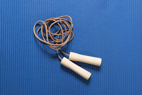 Skipping rope on blue workout mat - SKAF00061