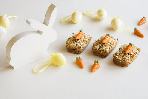 Three mini carrot cakes with marzipan carrots and Easter decoration - EVGF03384