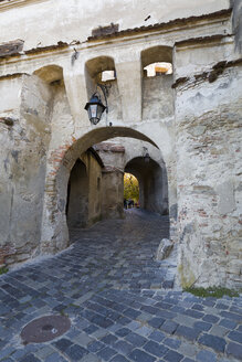 Rumania, Sighisoara, archway to Sighisoara Clock Tower - KLR00767